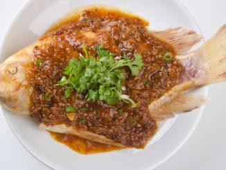 Zu den Nahrungsmitteln, die bei einer Arthrose auf keinen Fall fehlen sollten gehört der Fisch. Erfahren sie warum und welche Unterschiede es gibt.